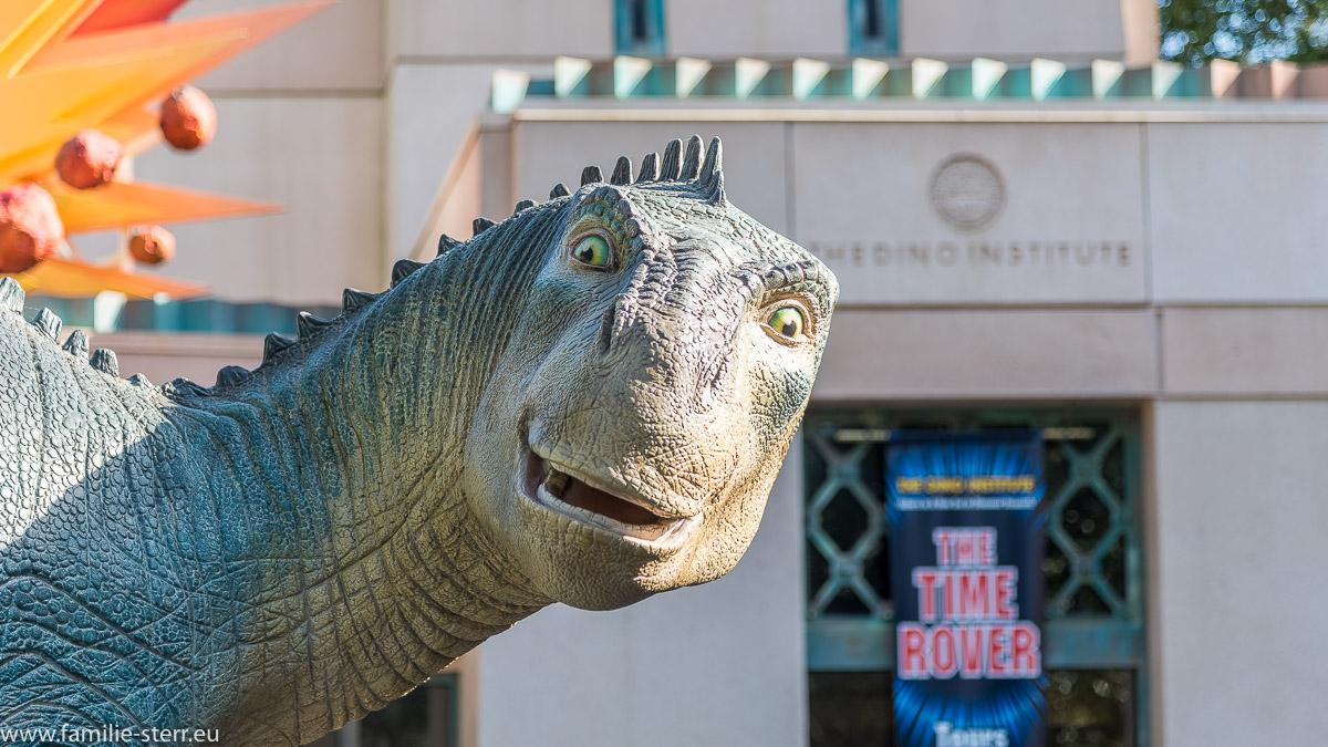 """ein neugierig blickender Dinosaurier vor dem Eingang zu """"The Time Rover"""" im Animal Kingdom"""