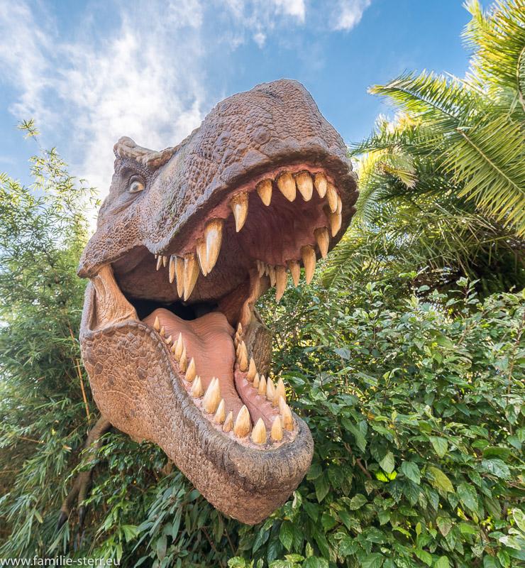 ein brüllender Dino vor dem Eingang zu Jurrasic Park in den Universal Studios Florida