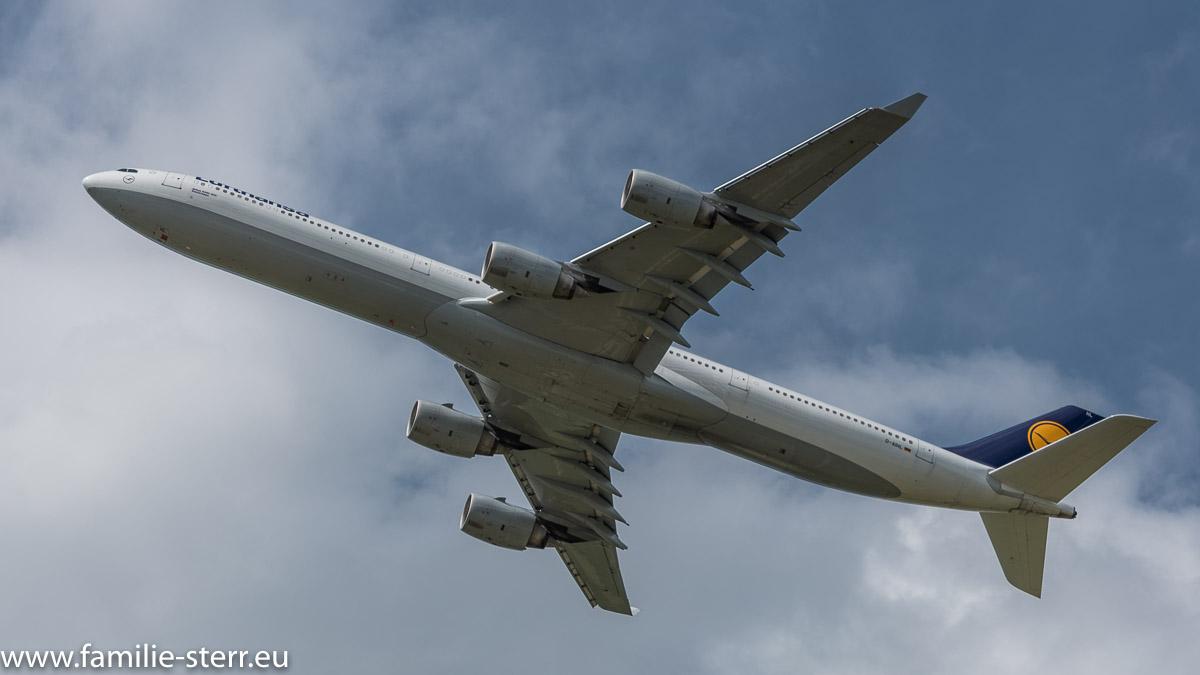 Lufthans Airbus A330-342 D-AIKC beim Start am Flughafen München