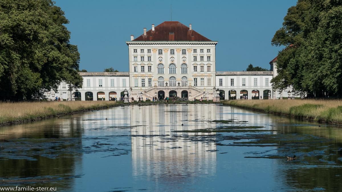 Blick entlang es Mittelkanals durch den Schlosspark zum Schlot Nymphenburg
