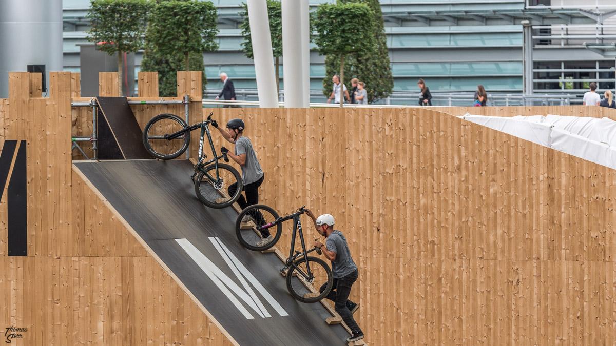 zwei Biker schieben ihre Räder auf den Anlaufturm beim Bike & Style am Flughafen München