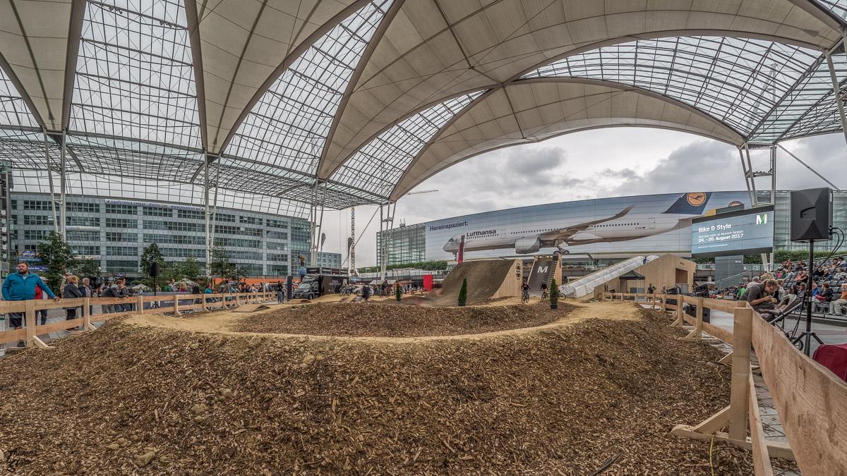 Mountainbike - Parcours und Hochsprunganlage im Forum des Munich Airport Center