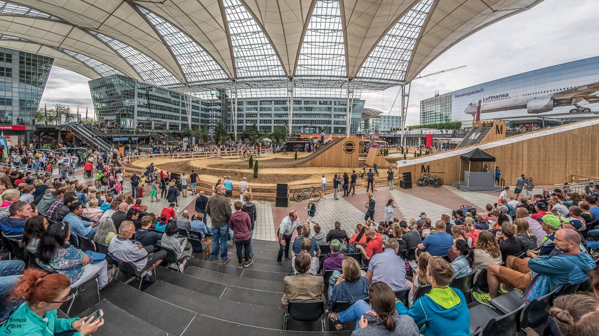 Blick von der Tribüne über den Parcours beim Bike & Style im Munich Airport Center