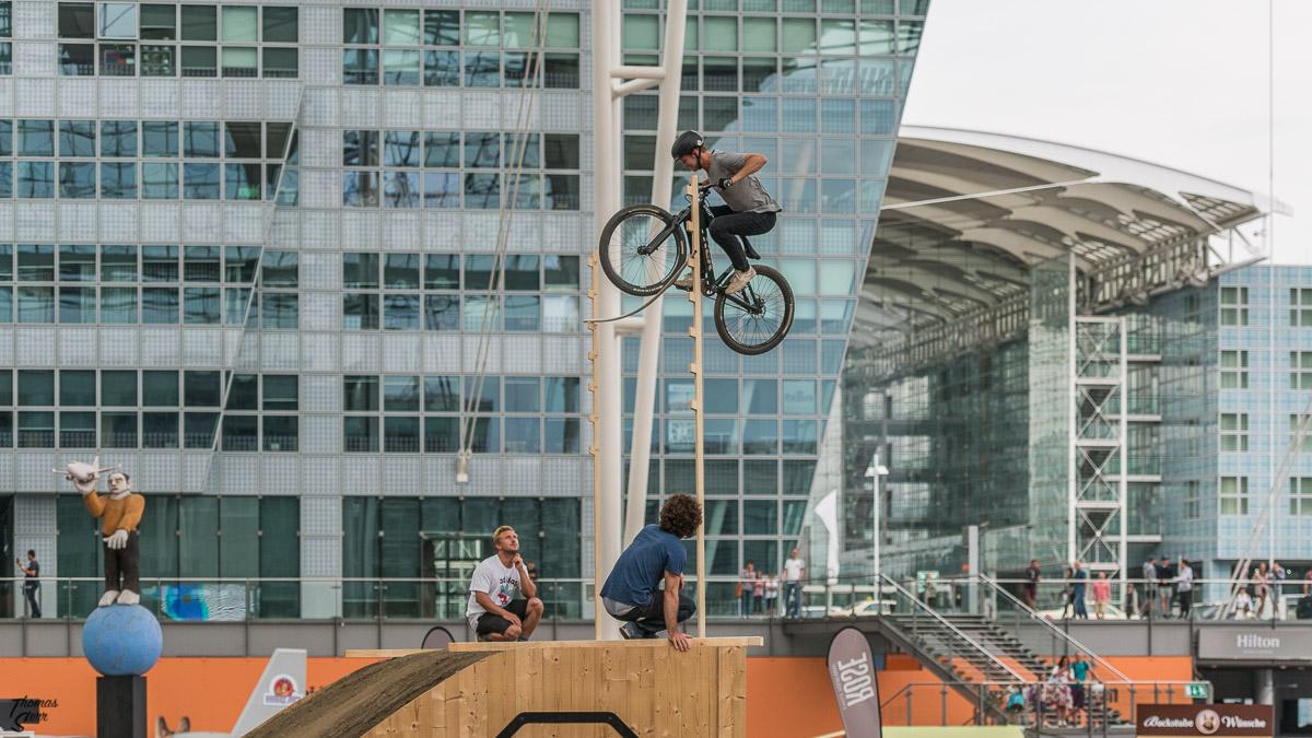 Hochsprung beim Bike & Style 2017 im Munich Airport Center