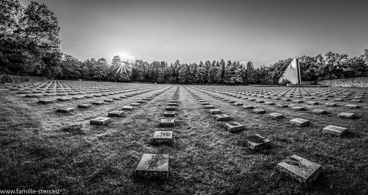 Sonnenuntergang über der Kriegsgräbersttätte München am Waldfriedhof