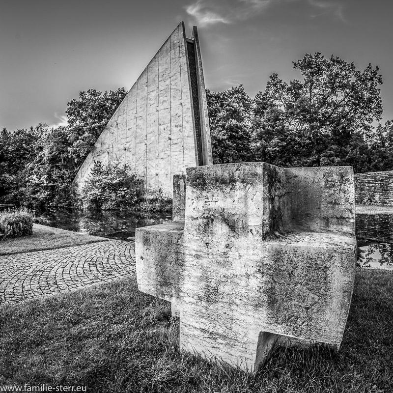 eines von drei großen Steinkreuzen vor der Gedenkhalle der Kriegsgräberstätte