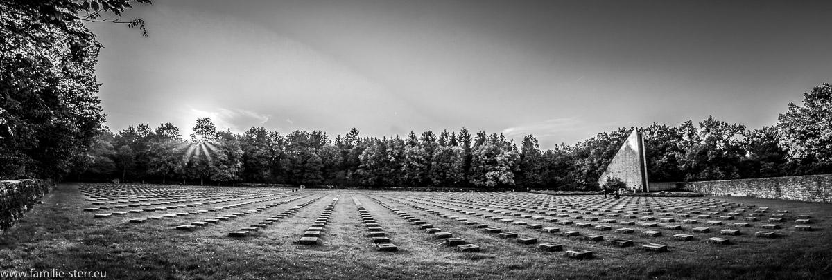 sommerlicher Sonnenuntergang hinter der Kriegsgräberstätte am Münchner Waldfriedhof