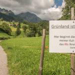 """Hinweisschild mit dem Text """"Grünland ist Privatland. Das ist die Salatschüssel meiner Kuh und nicht das Klo ihres Hundes"""" am Rande eines Wanderwegs im Kanton Sant Gallen"""