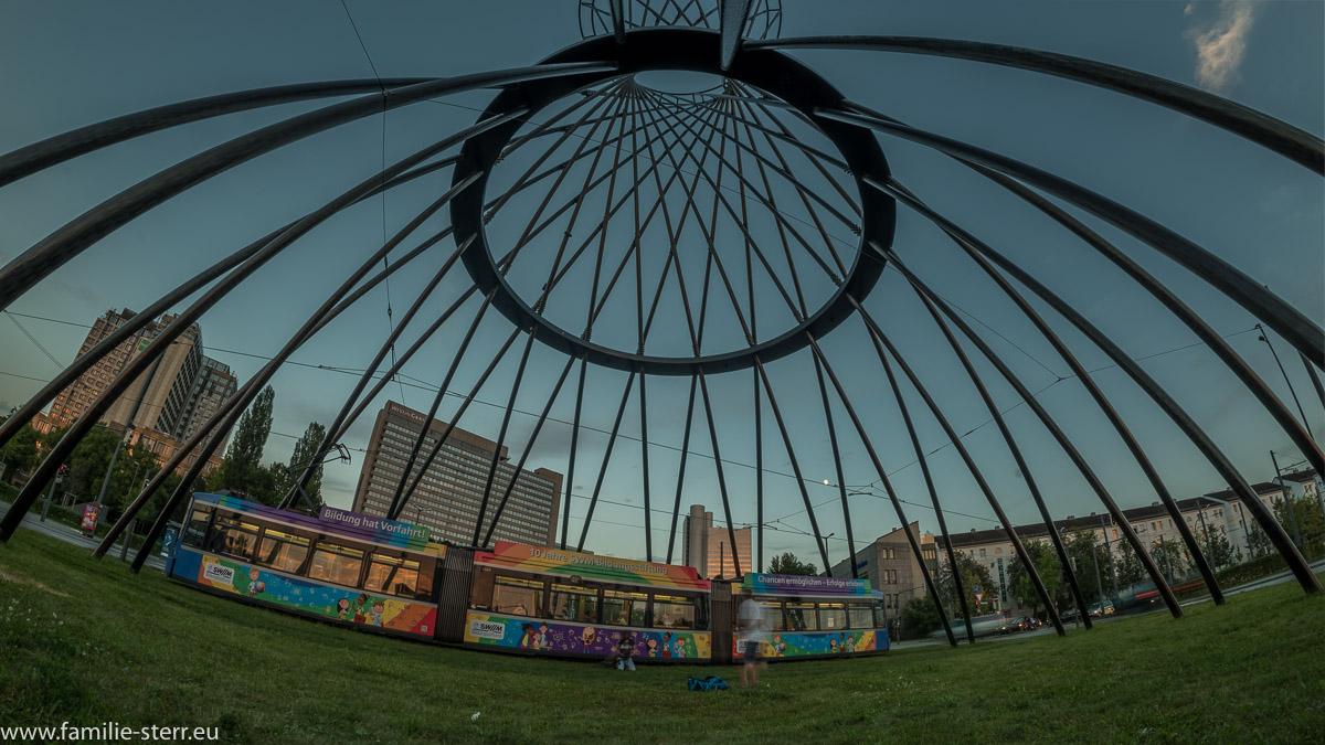 Eine Trambahn führt durch die Mae West - Skulptur vor dem Westin Hotel und dem Hypohochhaus im Arabellapark