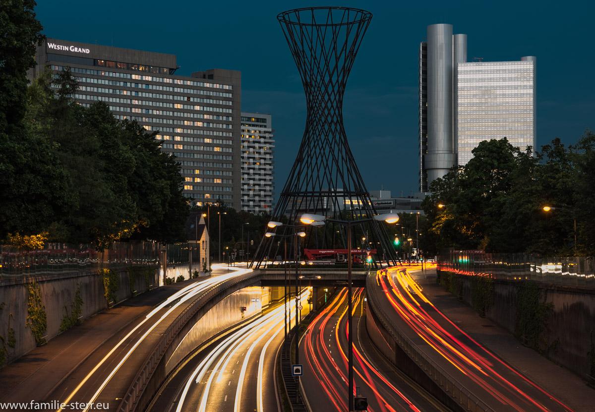 Die Mae West Statue auf dem Effnerplatz vor dem Westin Hotel und dem Hypovereinbank Turm