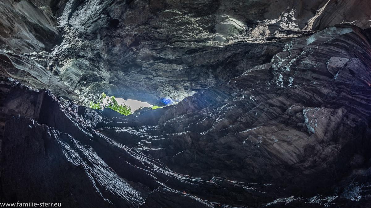 Blick nach oben in der Taminaschlucht in eine Felsöffnung