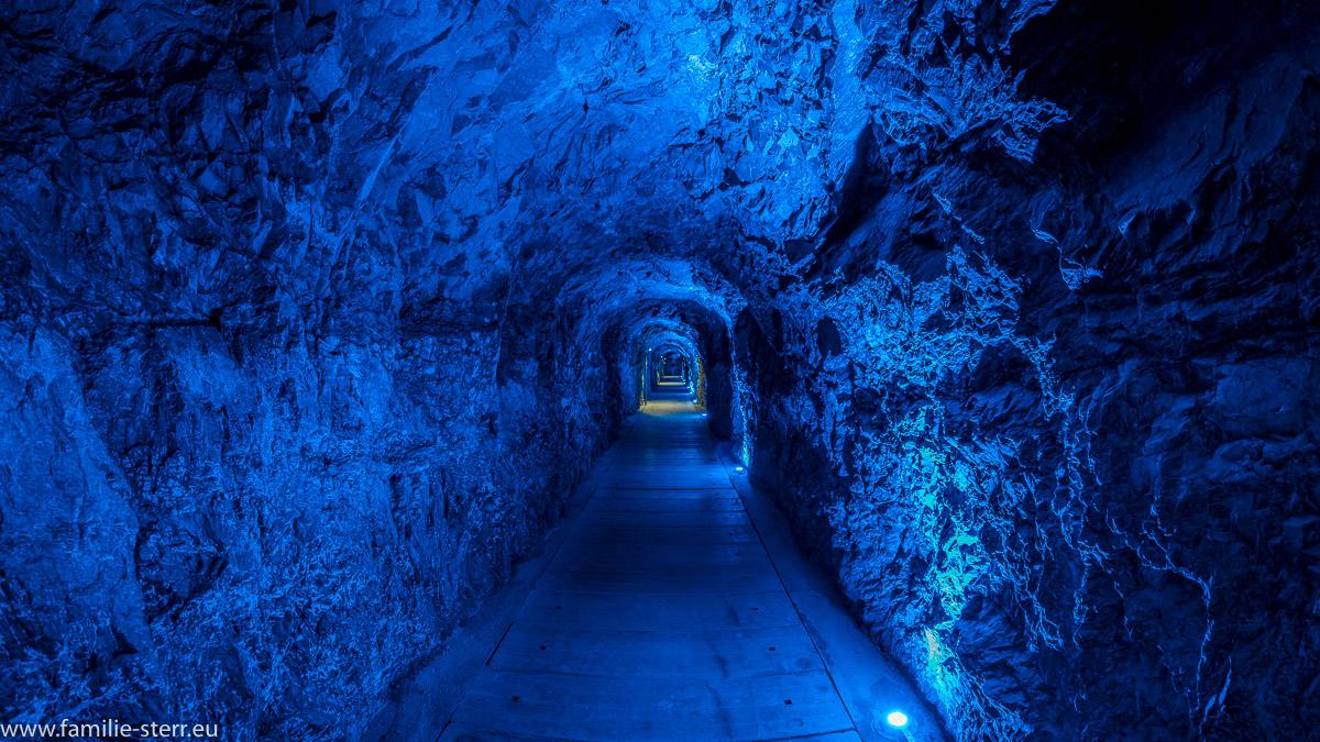 blau beleuchteter Tunnel zum oberen Eingang der Taminaschlucht