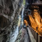 Beleuchteter Weg durch die Taminaschlucht beim Alten Bad Päfers