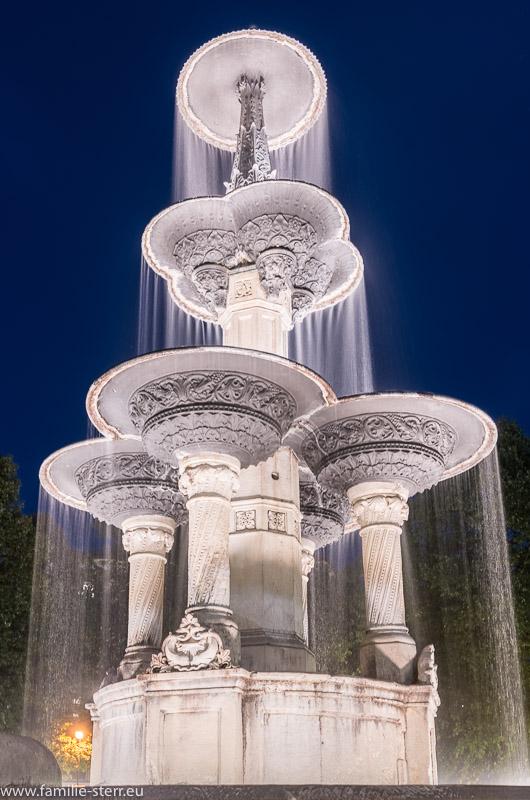 Oberer Teil des Brunnens am Weissenburger Platz in München nach Sonnenuntergang zur blauen Stunde
