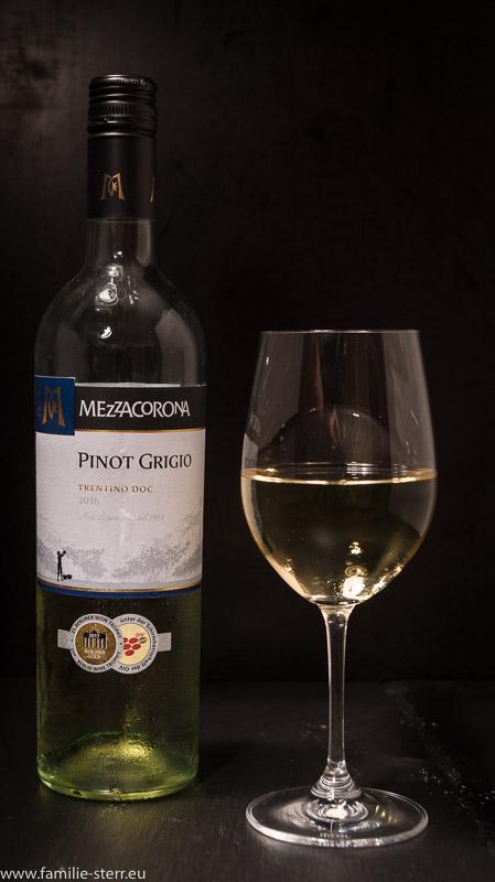 ein Glas und eine Flasche Pinot Grigio