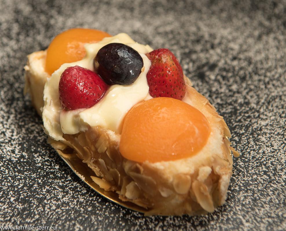 Aprikosenteilchen auf Puderzucker