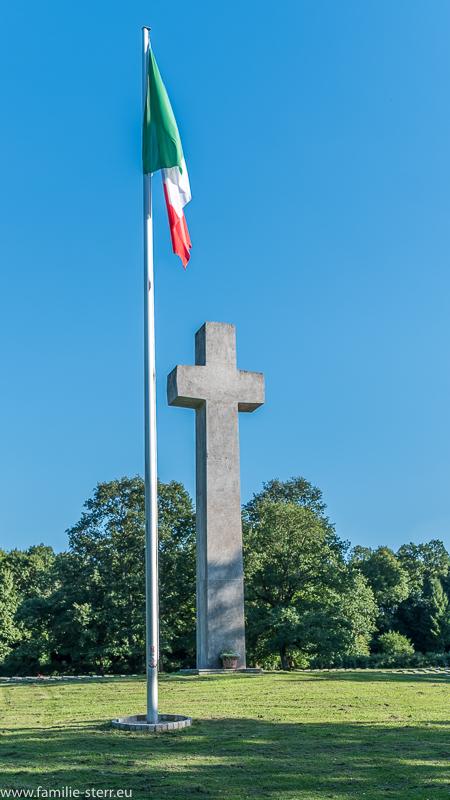 italienische Fahne und Granitkreuz am italienischen Soldatenfriedhof in München