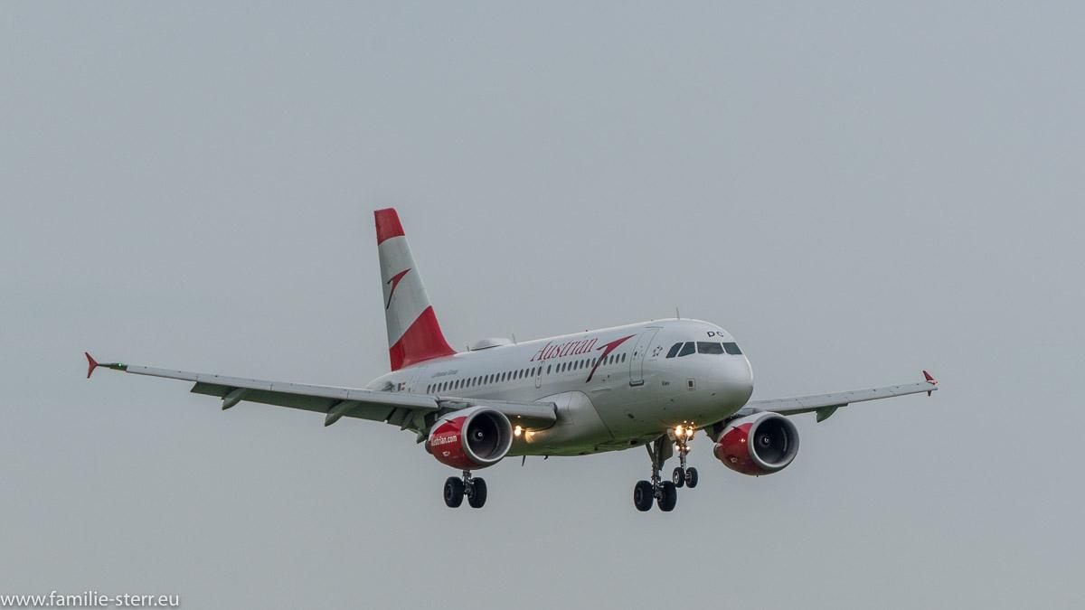 Airbus der Austrian Airlines im Final Approach zur Landebahn 08R