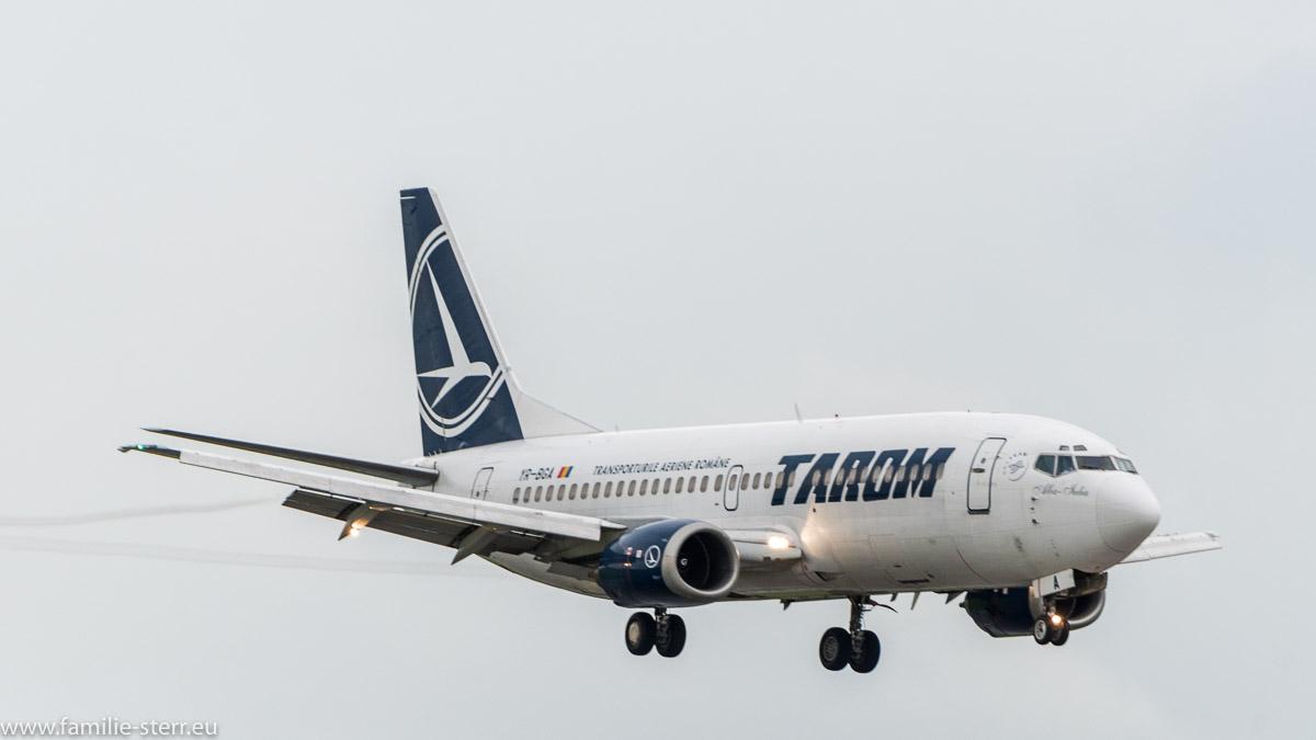 Boeing 737 der TAROM im Short Final zur 08R am Flughafen München