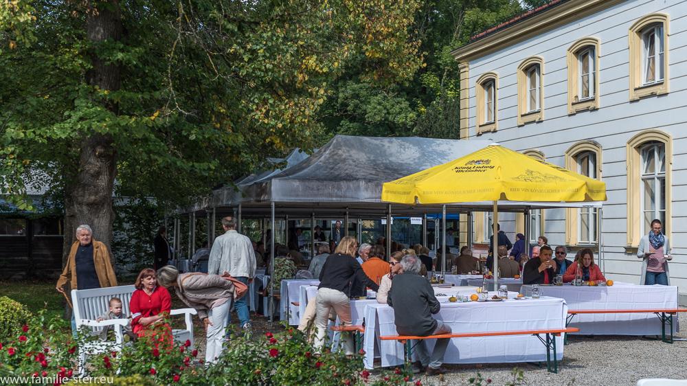 Esstische zum Tag der offenen Tür im Schlosspark Fürstenried