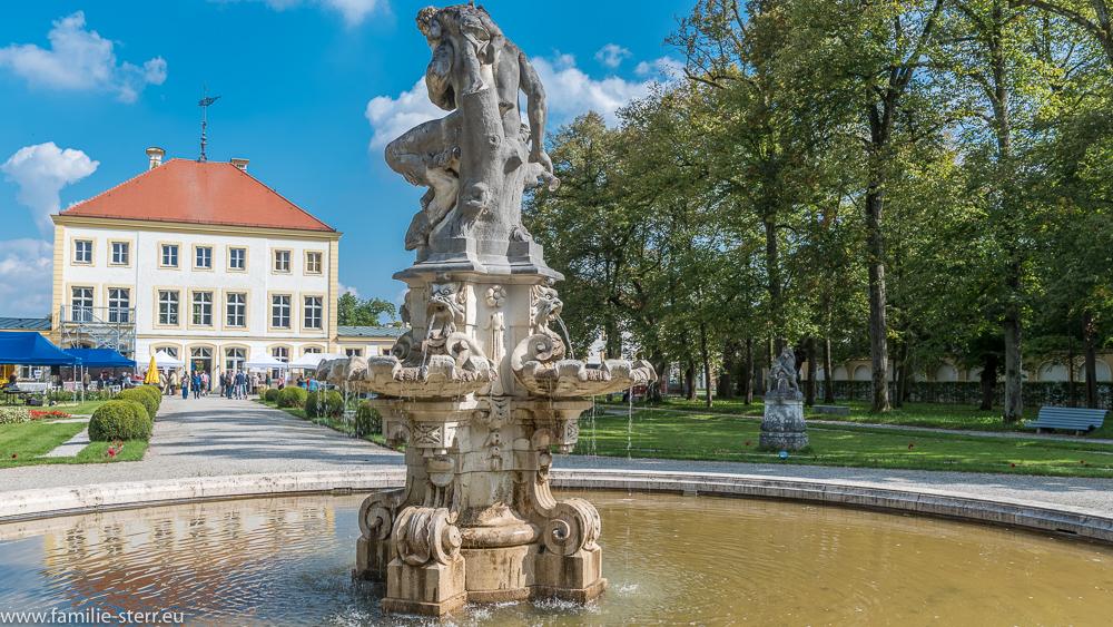 Brunnen mit Faun - Skulptur im Barockgarten des Schlosses Fürstenried
