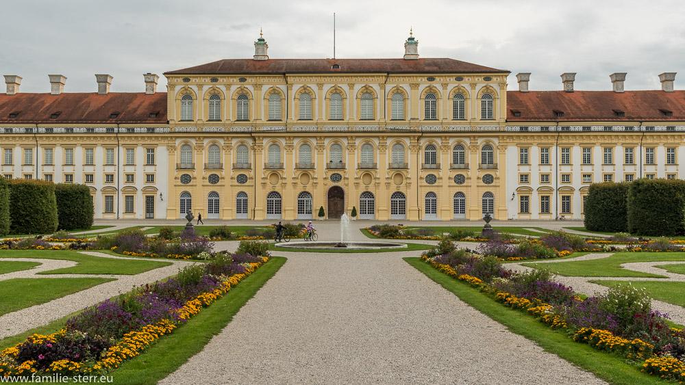 Parterre zwischen dem Alten und Neuen Schloß Schleißheim mit Fontäne und Westseite des Neuen Schloß im Hintergrund