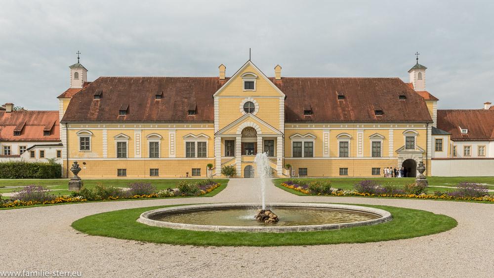Das Westportal am Alten Schloß Schleißheim mit Fontäne in der Parterre im Vordergrund