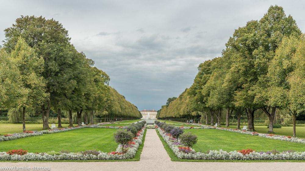 Blick vom Eingang des Schloß Lustheim durch die Mittelachse des barocken Schlossparks zum Neuen Schloß Schleißheim