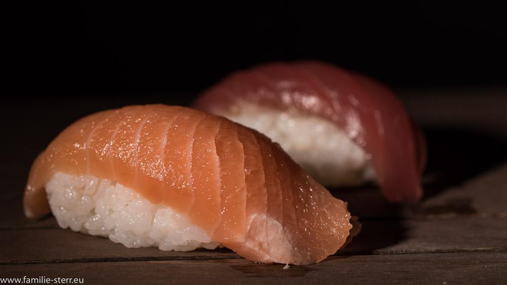 Zwei Nigri - Sushi mit Lachs und Thunfisch