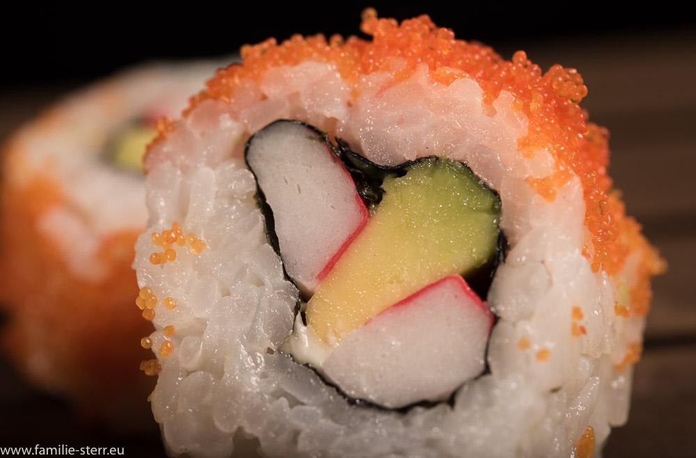 Ura - Maki mit orangenen Fischeiern als Dekoration