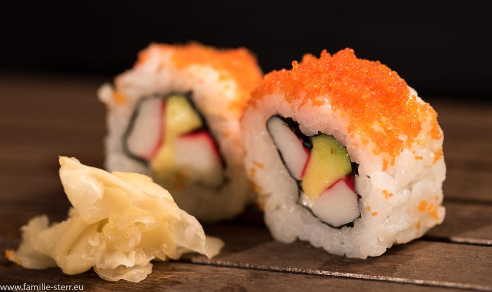 zwei vegetarisch gefüllte Ura-Maki