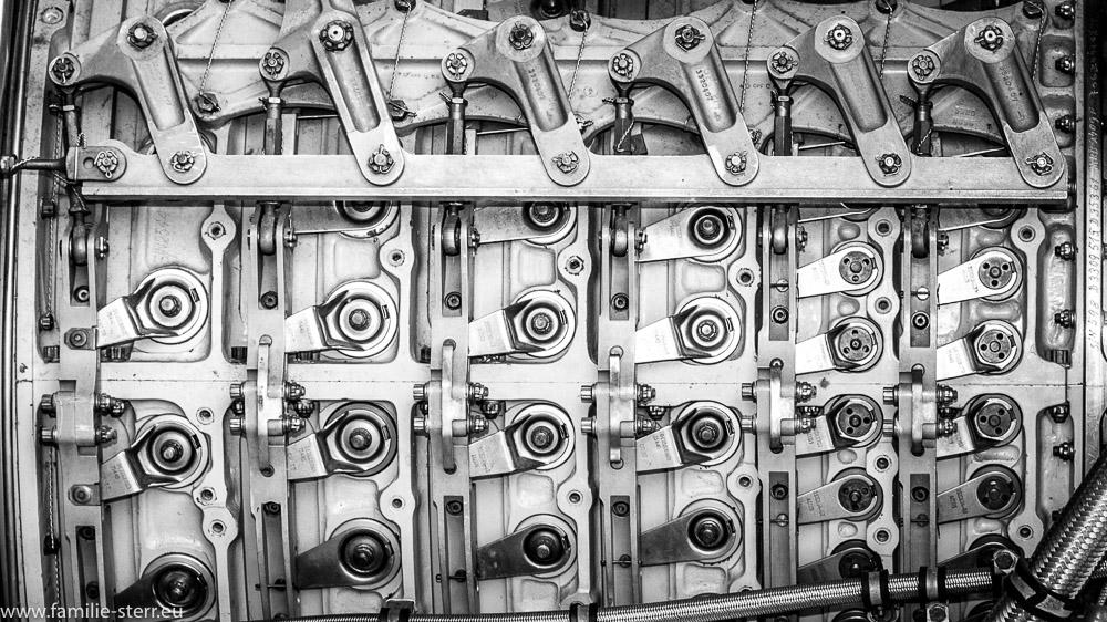 Detailaufnahme der Verkleidung eines Strahltriebwerks