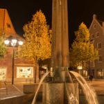 Ährenbrunnen auf dem Schrannenplatz in Erding am Abend