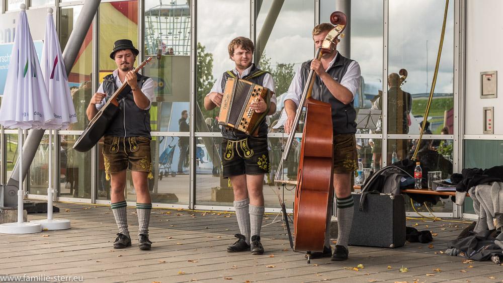 Bayerische Musikgruppe bei der Bayerischen Olympiade vor dem besucherzentrum am Flughafen München