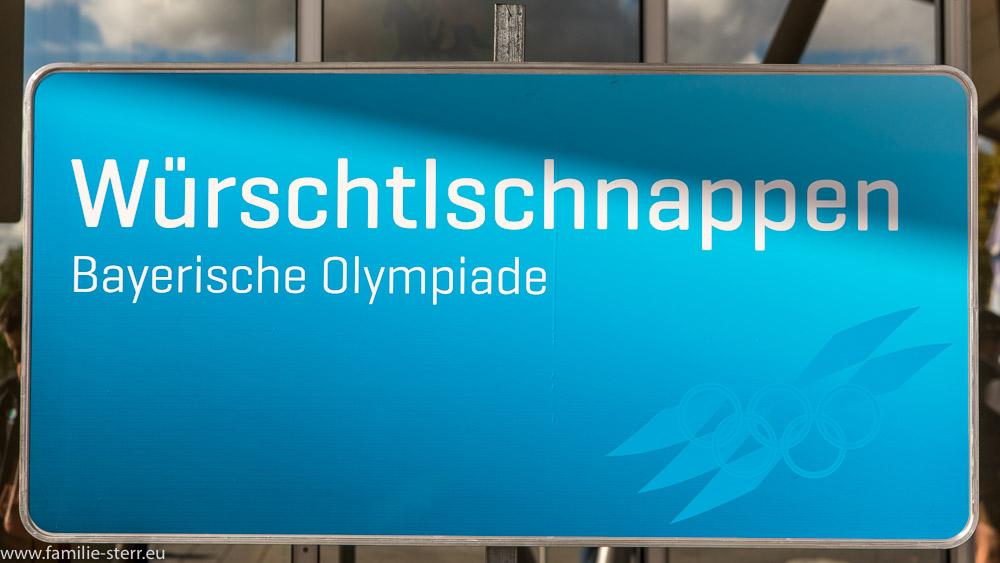Hinweisschilder auf die Wettbewerbe bei der Bayerischen Olympiade