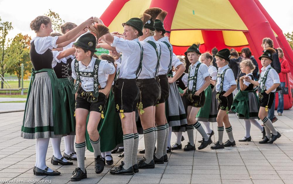 Jugend - Trachtengruppe aus Bad Kreuznach bei der Bayerischen Olympiade am Flughafen München