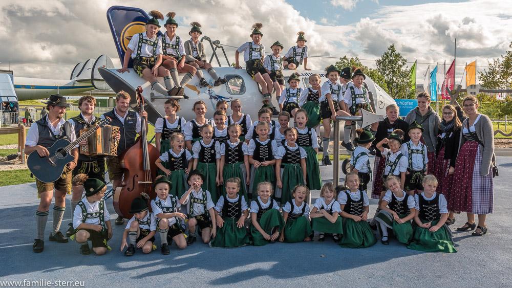 Die Jugend - Trachtengruppe aus Bad Kreutnach posiert im Besucherpark am Flughafen München