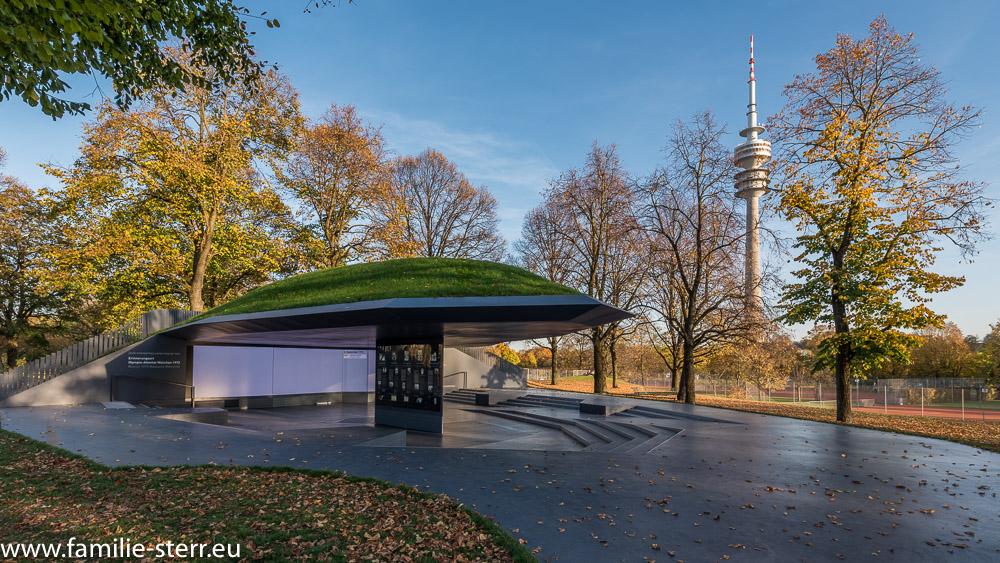 Die Gedenkstätte zum Olympia - Attentat 1972 in München mit dem Fernsehturm im Hintergrund
