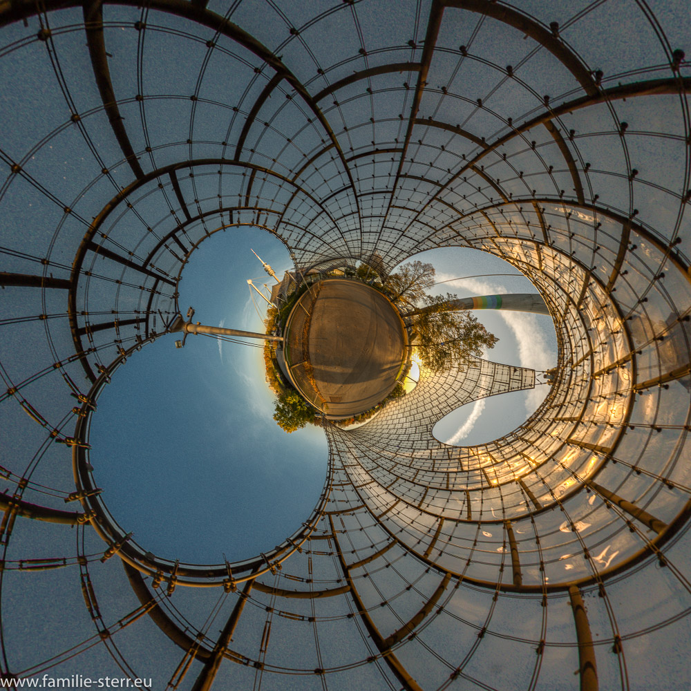 Spätnachmittag im Herbst unter dem Zeltdach im Olympiapark München als Little Planet