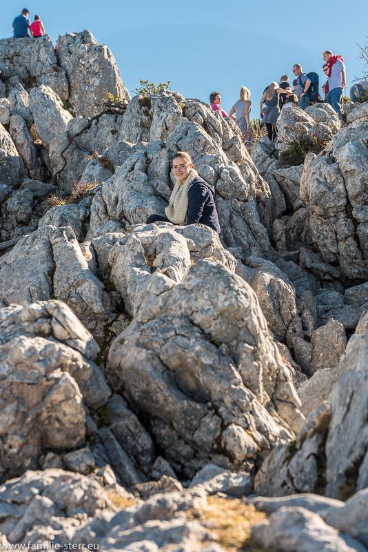 Melanie und viele andere Ausflügler in den Felsen am Kehlstein