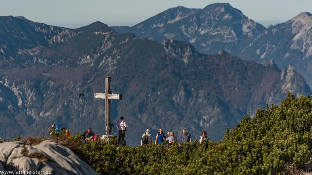 Wanderer am Kehlstein - Gipfelkreuz vor dem Panorama der Berchtesgadener Alpen