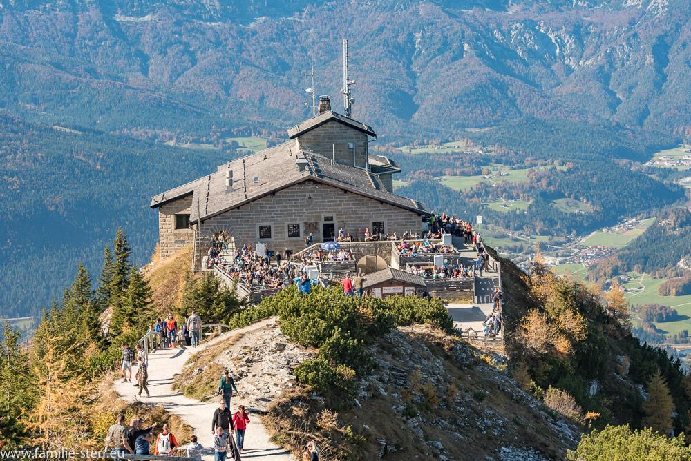 Blick vom Kehlstein - Gipfelkreuz über den Wanderweg zum Kehlsteinhaus