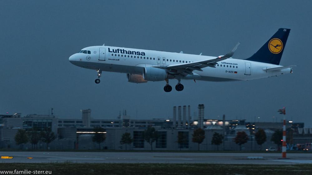 Lufthansa Airbus A320-200 D-AIZX bei der abendlichen Landung am Flughafen München