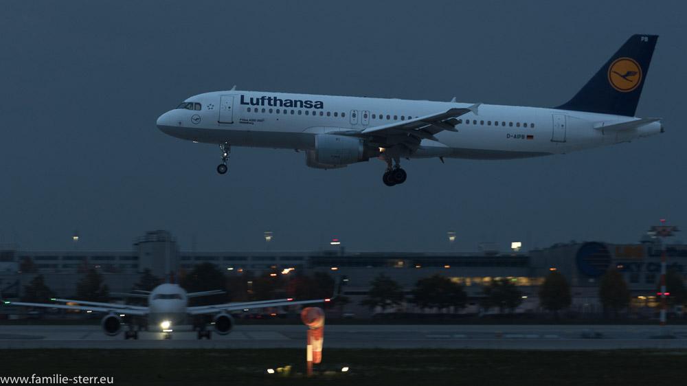 """Lufthansa Airbus A320-200 D-AIPB """"Heidelberg"""" bei der abendlichen Landung am Flughafen München"""