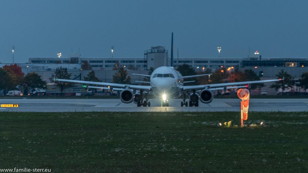 zwei Flugzeuge warten auf die Startfreigabe an der Startbahn 08L am Flughafen München