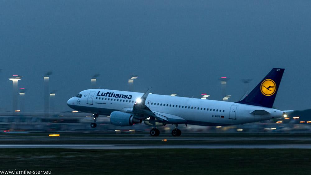Lufthansa Airbus A320-200 D-AIUY bei der abendlichen Landung am Flughafen München