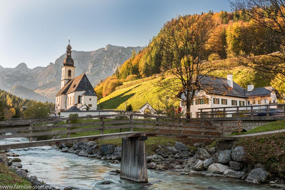 Kirche St. Sebastian in Ramsau in der Herbstlandschaft mit bunt gefärbten Bäumen