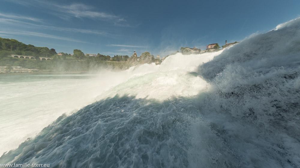 Nahaufnahme vom Rheinfall auf der Plattform unterhalb von Schloss Laufen