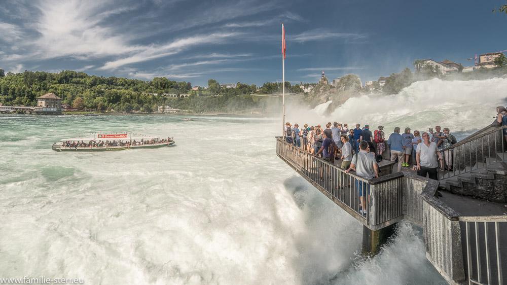 viele Besucher auf der Aussichtsplattform auf den Rheinfall