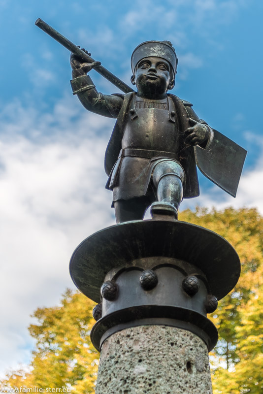 """Bronzestatue eines """"Mälzerbuben"""" auf dem Brunnen am Schüleinplatz"""